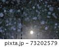 雪国の夜の降雪 福島県只見町 73202579