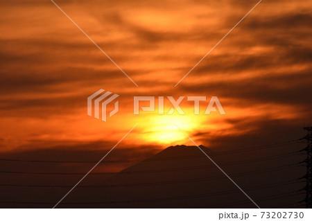 夕陽に赤く照らされ赤く燃えているような雲 73202730