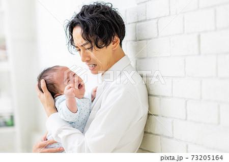 育児に困る男性  73205164