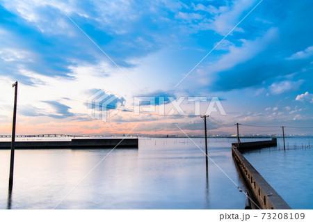 千葉県木更津市 牛込海岸の海中電柱の夕景 73208109