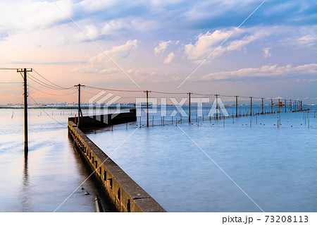 千葉県木更津市 牛込海岸の海中電柱の夕景 73208113