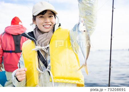 釣りを楽しむかわいい女性 73208691