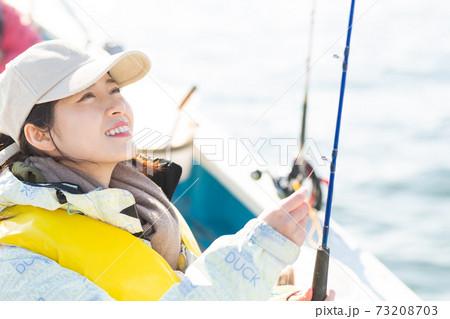 海釣りを楽しむかわいい女性 73208703