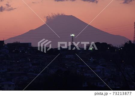 弘明寺公園から見た夕焼けと富士山のシルエット 73213877