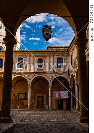 イタリア ペルージャのサン・ピエトロ教会の中庭 73214545