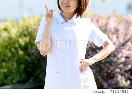 人差し指を立てる笑顔の医療従事者の女性 73214985