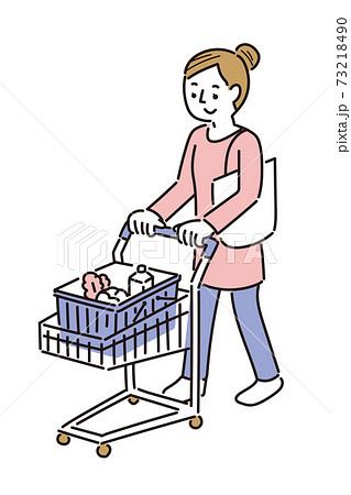 ショッピングカートを押しながら買い物をする女性 73218490