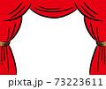 赤いベルベッドのカーテン 手描きタッチ 73223611
