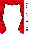 赤いベルベッドのカーテン 手描きタッチ 73223614
