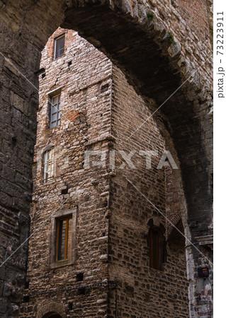 イタリア ペルージャのマエスタ・デッレ・ヴォルテ通りのアーチ 73223911