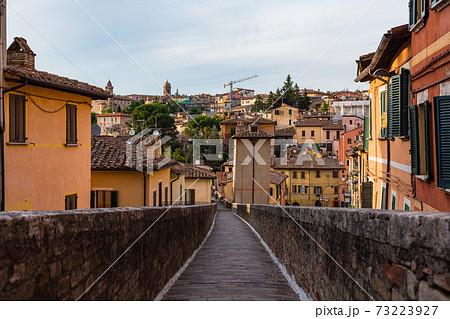 イタリア ペルージャの水道橋の上からの街並み 73223927