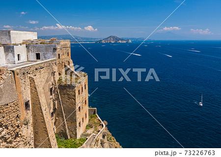 イタリア プローチダから見えるカプリ島 73226763