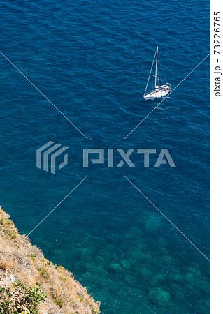 イタリア プローチダの海を漂うヨット 73226765