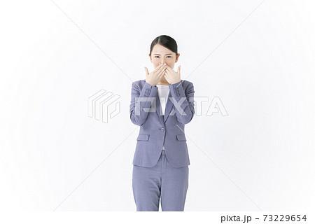 口を塞ぐ若い女性 ビジネスウーマン 73229654
