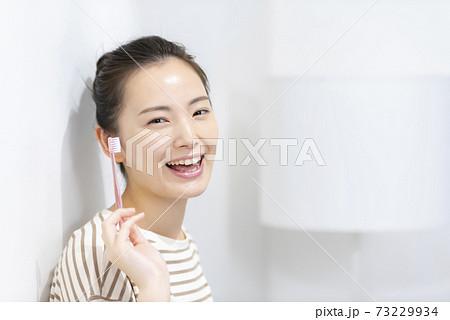 歯磨きをする若い女性 73229934