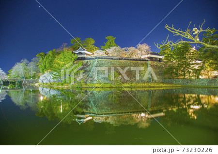 島根県松江城の夜桜内濠より南櫓と中櫓と天守閣 73230226