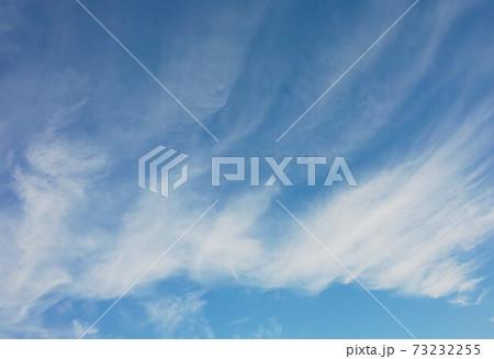 青空のキャンバスに描かれた雲のアート 73232255