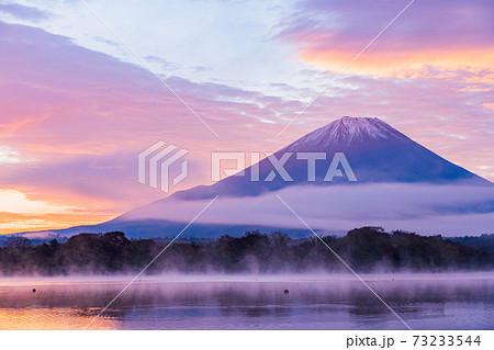 (山梨県)朝焼け雲に包まれた精進湖 富士山 73233544