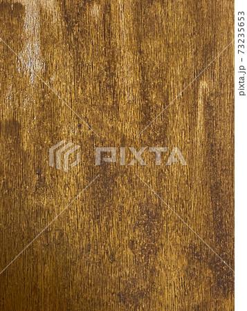ウォールナットのニスを塗ったベニヤ板 73235653