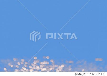 幻想的背景画像-3、水面の波紋に反射する光をボケで表現した背景画像 73239413