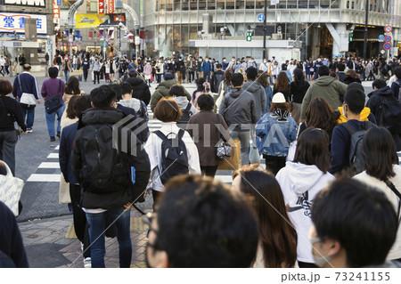 渋谷スクランブル交差点を渡る人たちの風景 73241155