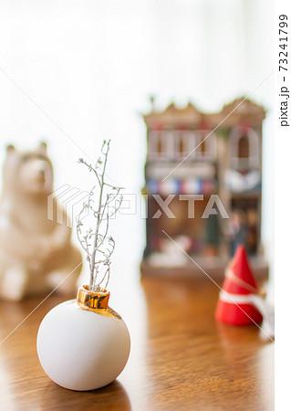 北欧雑貨と一輪挿しの花瓶と白いもみの木 インテリア 73241799