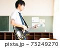 ギターを弾く男子高校生 73249270