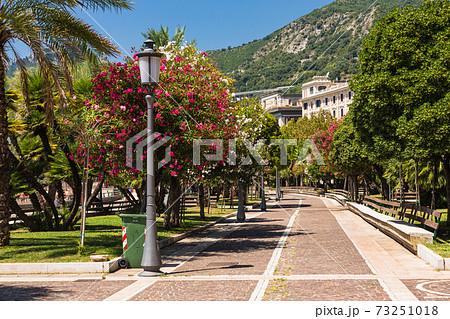 イタリア サレルノの市街地の遊歩道 73251018