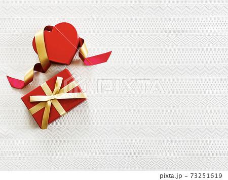ハート形ケースとリボンとプレゼント_レース背景_俯瞰 73251619