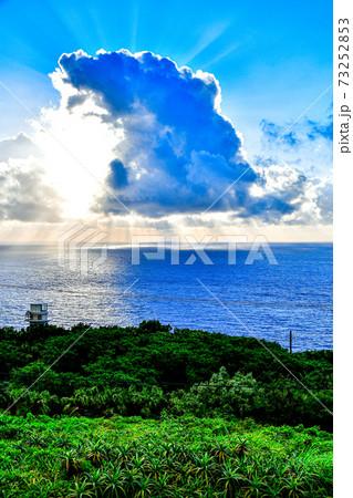 八丈島の青空と雲で隠れる太陽からの後光 73252853