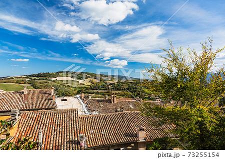 イタリア ウルビーノの丘からの景色 73255154