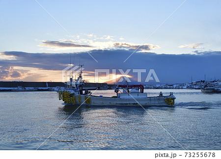冬の北海道八雲町落部東野漁港を出漁する漁船の風景を撮影 73255678
