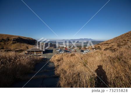 《熊本県 阿蘇山》仙酔峡駐車場と九重連山 73255828