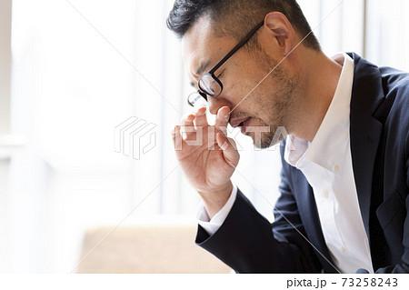 鼻炎の男性 73258243