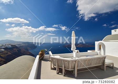 【ギリシャ】サントリーニ島イメロヴィグリのソファーとエーゲ海 73260082