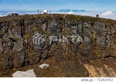 初夏の八ヶ岳連峰・硫黄岳山頂と残雪の御嶽 73263452