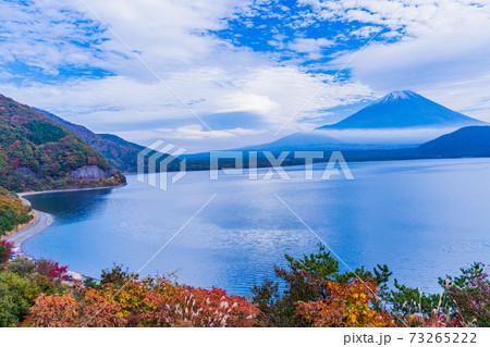 【山梨県】秋の本栖湖から望む、富士山 73265222