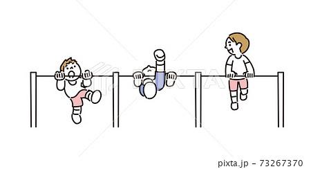 友達と一緒に逆上がりの練習をする子どもたち 73267370
