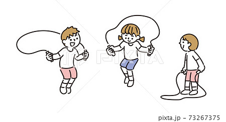 友達と一緒に縄跳びの練習をする子どもたち 73267375