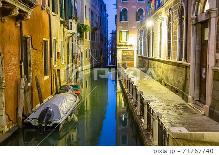 イタリア 夜のヴェネツィアの旧市街の運河と街並み 73267740