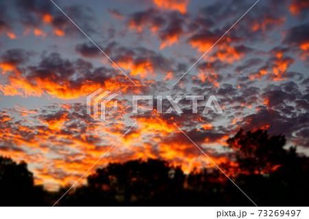 ちりばめられた雲に反射する夕焼け 73269497