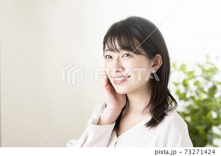 ビューティーイメージ 頬に手を添える女性 73271424