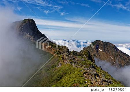 雲湧く八ヶ岳連峰・横岳と阿弥陀岳 73279394