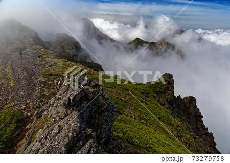 八ヶ岳連峰・横岳稜線から見る雲湧く赤岳・阿弥陀岳 73279758