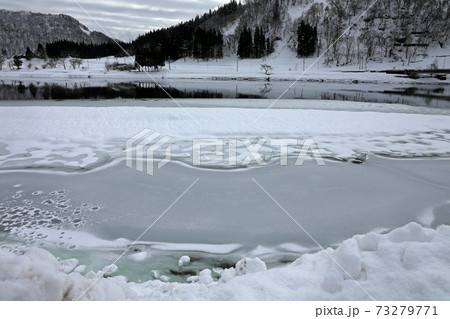 厳冬の滝湖、凍結した湖面 福島県只見町 73279771