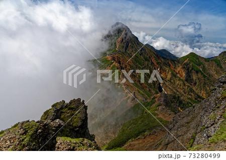 八ヶ岳連峰・横岳稜線から雲湧く赤岳の眺め 73280499
