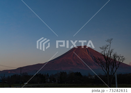 夜前の夕日に照らされて赤く染まる富士山 73282631