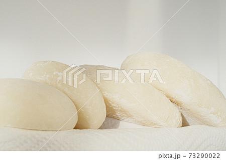 並べられた美味しいお餅のイメージ素材 73290022