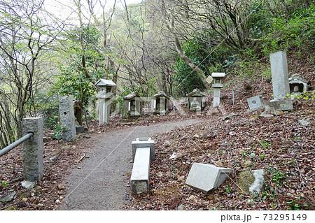 石灯籠が倒壊している山道/しとどの窟への道(神奈川県足柄下郡湯河原町) 73295149
