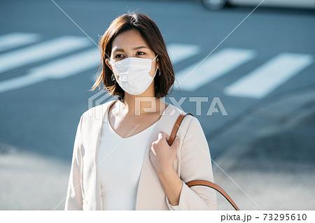 マスクで通勤する女性 73295610